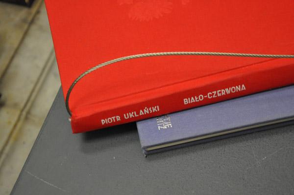 piotr-uklanski-bialko-czerwona